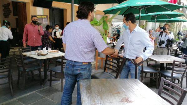 Restauranteros y Markoa Vásquez se encaran por retiro de mesas y sillas de los portales en Oaxaca