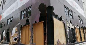 Trabajadoras de la secretaría de la mujer limpian destrozos tras actos vandálicos de feministas
