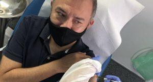 Mexicano se aplica vacuna contra covid-19 en España