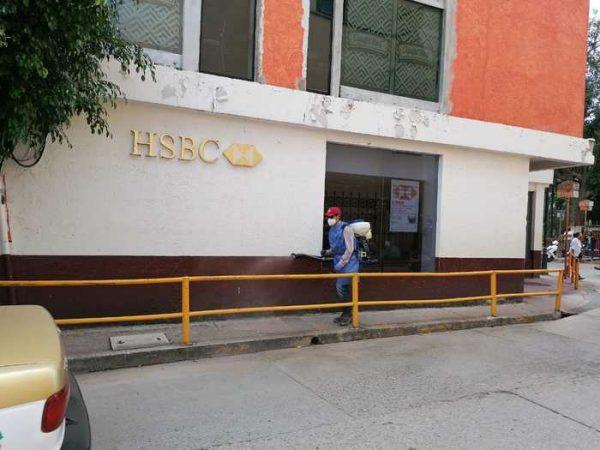 Sanitizan espacios públicos e instituciones bancarias en Huajuapan