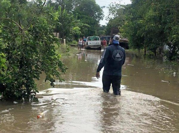 Protección Civil y Policía Municipal de Tuxtepec, prestan apoyo a afectados por inundaciones