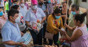 Noé Ramírez lleva ayuda a familias afectadas por  lluvias en Playa de Mono