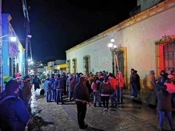 Comerciantes se enfrentan a policías en Tlaxiaco, hay varios lesionados