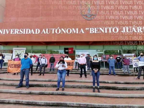 Frente de Organizaciones Universitarias de la UABJO, protestan frente a rectoría