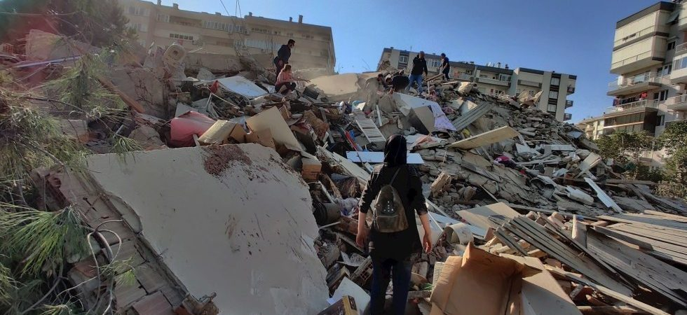 Terremoto sacude Grecia y Turquía; se derrumban edificios