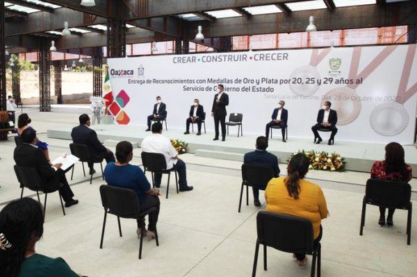 Entrega Alejandro Murat reconocimientos y medallas al personal de los Poderes del Estado