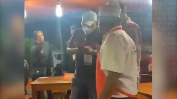 Inspectores de comercio se llevan mobiliario de taquería por operativo Covid