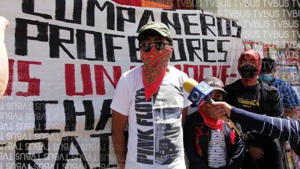 Normalistas se manifiestan en edificio de Sección 22, piden acompañamiento en sus demandas
