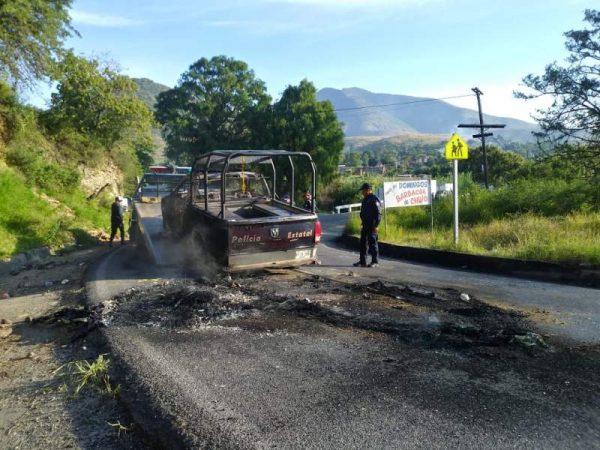 Organizaciones que bloquean en Oaxaca, queman patrulla de la policía estatal