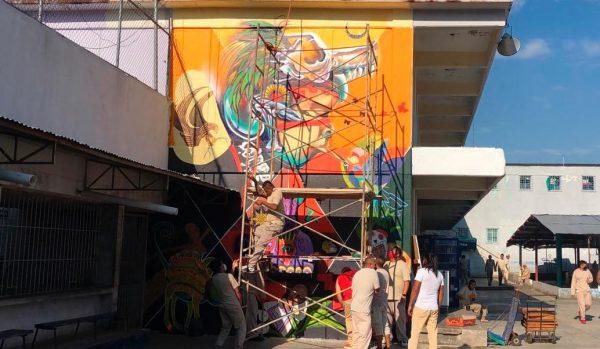 Reclusos de Santa Maria Ixcotel pintan murales en el penal