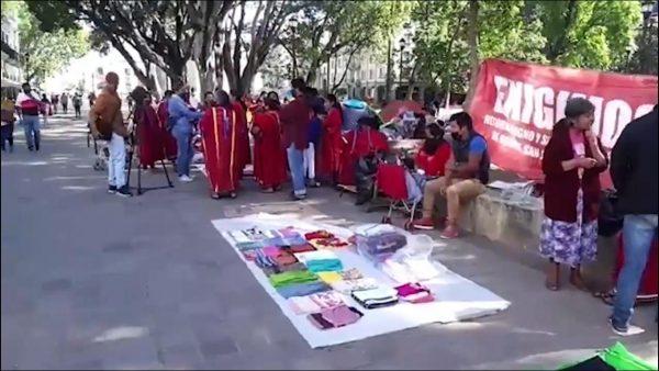 Se enfrentan Triquis con inspectores de Oaxaca, se niegan a retirar sus puestos del zócalo
