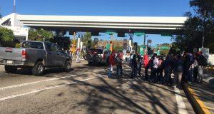 Normalistas continúan con manifestaciones, ahora fue en caseta de Huitzo