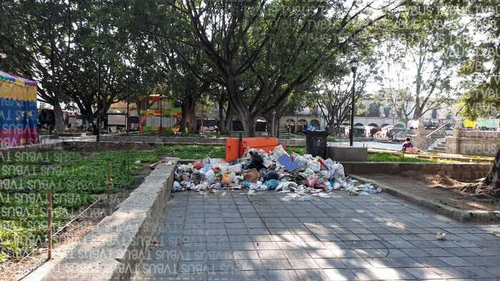 Zócalo de Oaxaca convertido en auténtico basurero al aire libre