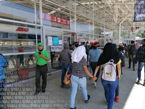 Normalistas bloquearon acceso a terminal del ADO en Oaxaca durante unos minutos