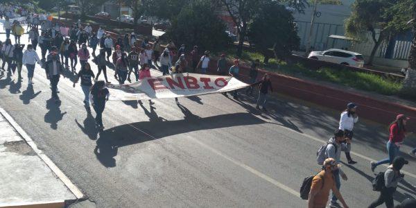 Una vez más marchan normalistas en Oaxaca, exigen solución a demandas