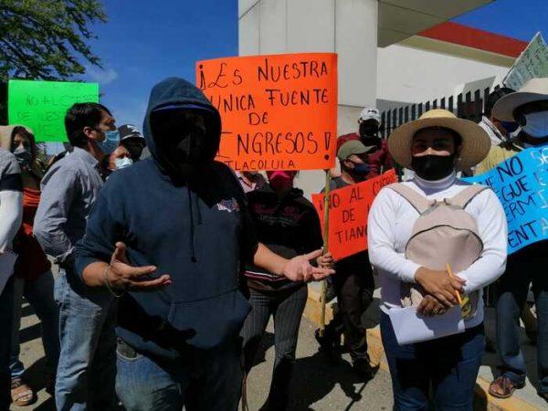 Tianguistas se manifiestan en congreso de Oaxaca, piden que los dejen trabajar