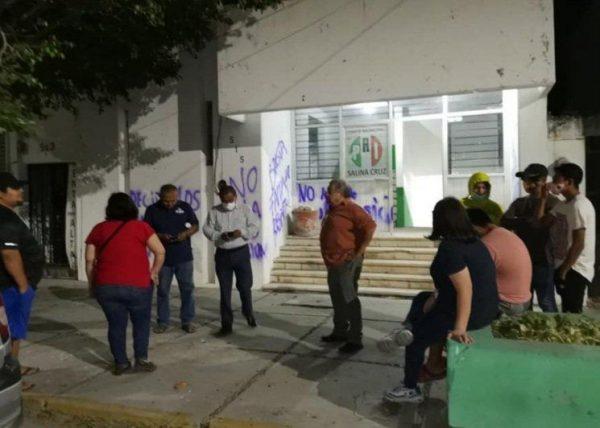 Grupo de priístas vandalizan oficinas del partido en Salina Cruz