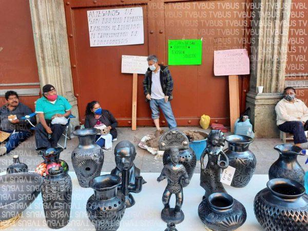 Artesanos de San Bartolo Coyotepec, exigen culminación de mercado de artesanías
