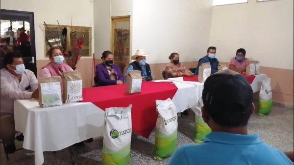 Benefician a pescadores de Loma Bonita, con semillas de maíz y frijol