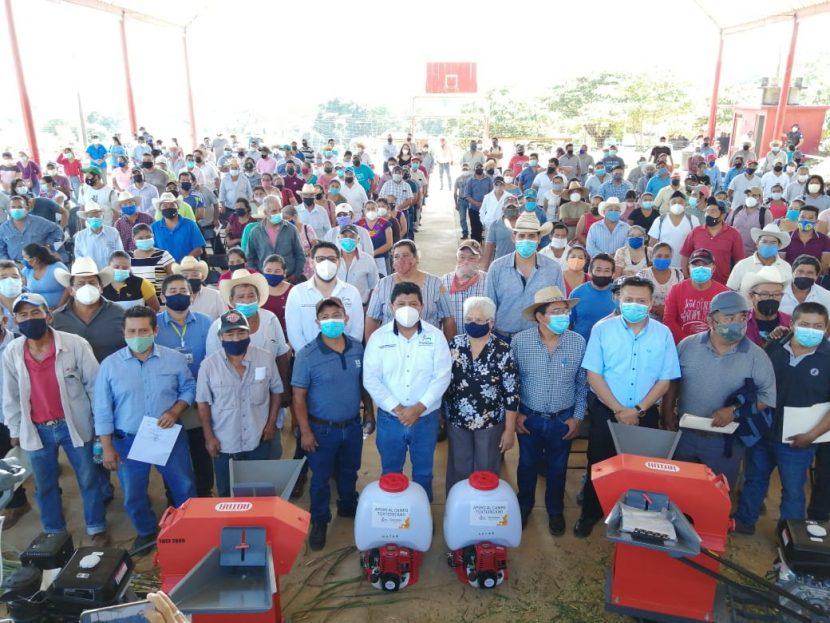 Entrega gobierno de Tuxtepec apoyo al campo en San Felipe de la Peña