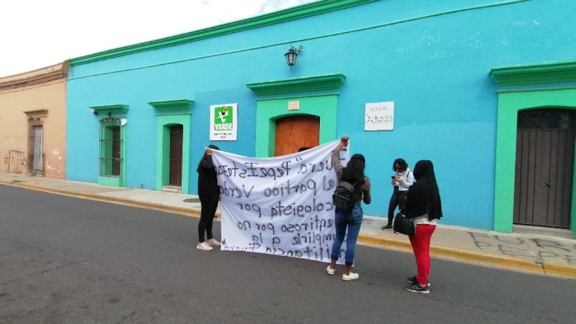 Militantes del PVEM se manifiestan y exigen salida inmediata de Pepe Garfias Gillesen