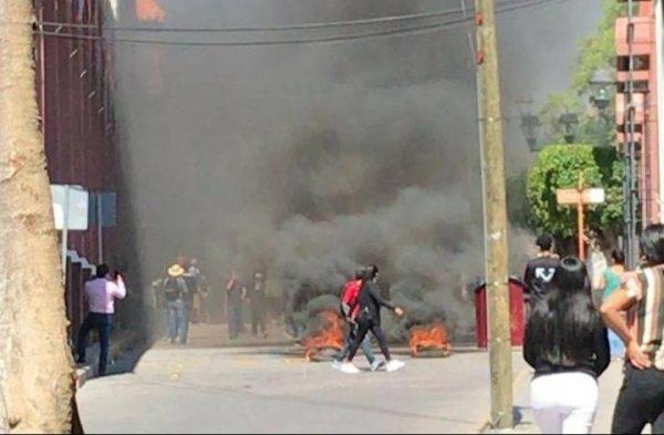 Normalistas protestan en Huajuapan; realizaron quema de llantas frente al palacio