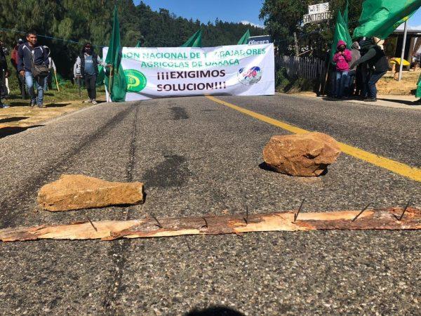 UNTAO bloquea carretera 175 y 200 por incumplimiento del gobierno del estado