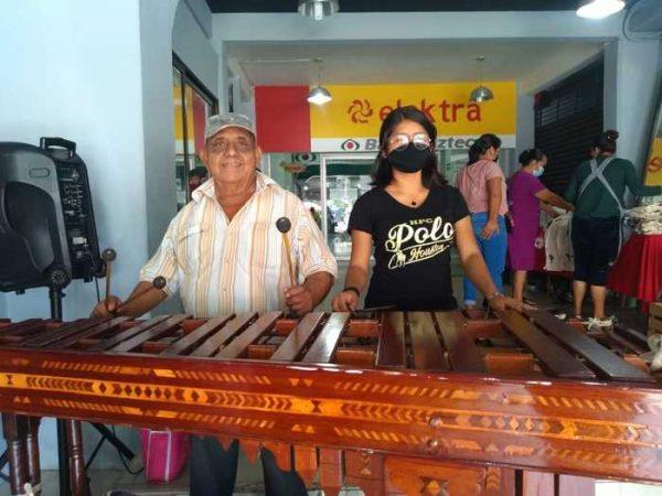 Marimbista tuxtepecano, ameniza taquerías y restaurantes para llevar el sustento a casa