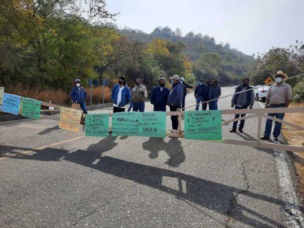 Por dos horas trabajadores de Monte Albán bloquearon acceso; piden incremento al presupuesto
