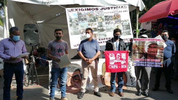 Se manifiestan en el Palacio de Oaxaca familiares de los desaparecidos en San Miguel Cajonos