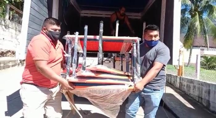 Entrega IEEPO inmobiliario y equipo de limpieza a escuelas en Arroyo de Banco