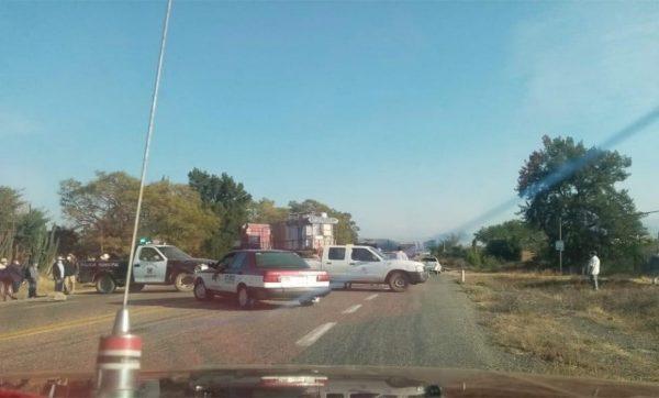Habitantes de Ocotlán de Morelos bloquean carretera 175, exigen cancelación a mineras