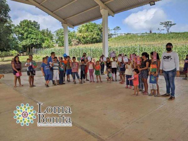 Ayuntamiento y DIF de Loma Bonita, reparten sonrisas en todo el municipio