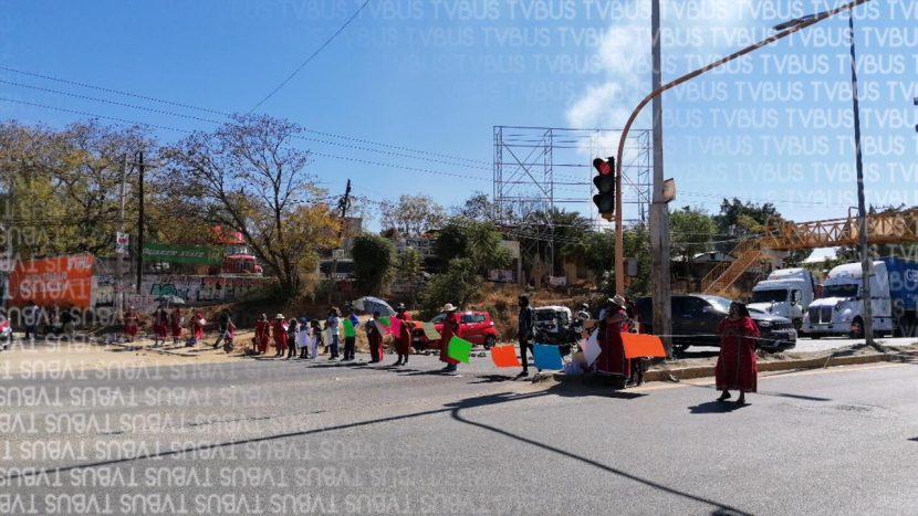 Desplazados de San Juan Copala bloquean crucero de Hacienda Blanca en Valles Centrales