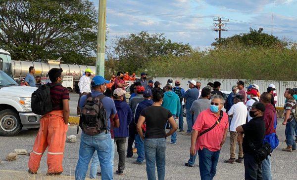 Subcontratados de PEMEX en Salina Cruz se manifiestan frente a refinería; exigen pagos