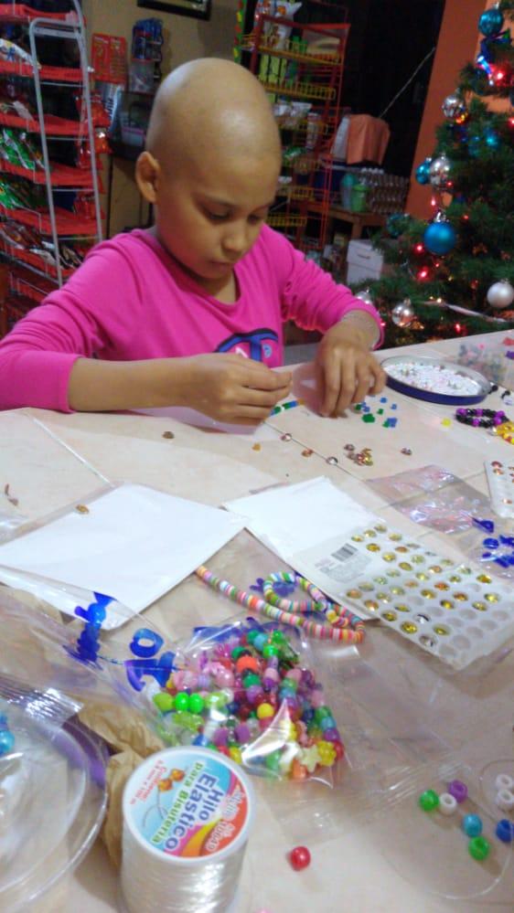 Con venta de pulseras, la pequeña Dayra busca seguir con su tratamiento contra la leucemia