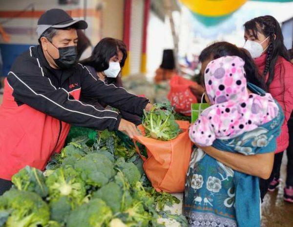 Diputado Arsenio Mejía regaló verduras y legumbres en Santiago Juxtlahuaca