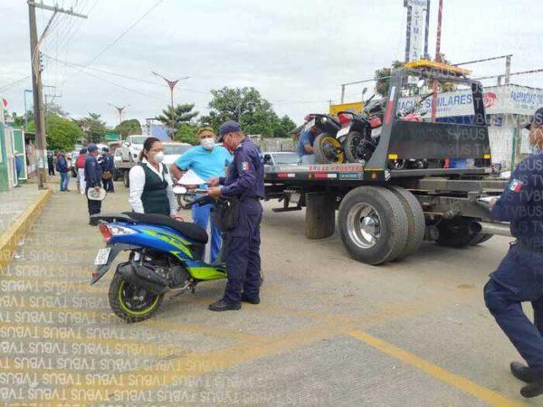 Policía vial de Tuxtepec,  realiza operativo en estacionamiento del IMSS; afecta a personal de salud que esperaba la vacuna