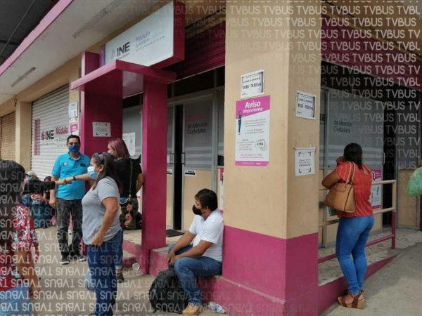 Pese a citas, personas se aglomeran en el INE de Tuxtepec