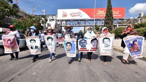 Padres de los 43 normalistas se deslindan de su vocero, tras anunciar que busca una diputación en Morena