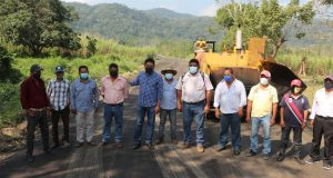 Supervisa Irineo Molina pavimentación de carretera a Macín Chico en Tuxtepec