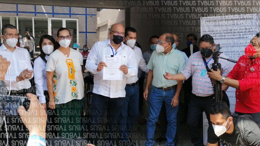 Javier Villacaña se registra en las oficinas del PAN como aspirante a la presidencia municipal de Oaxaca de Juárez