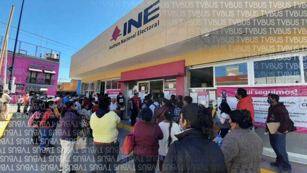 Aglomeración de personas en módulo del INE de Oaxaca
