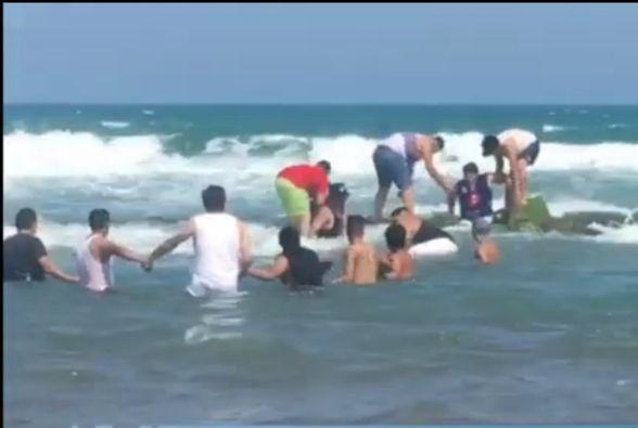 Turistas rescatan a ebrio bañista que se ahogaba en la playa Chachalacas Veracruz