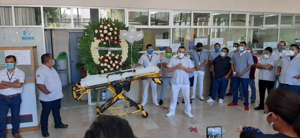 """Así despidieron a camillero que falleció por Covid en hospital """"Juárez del ISSSTE"""" en Oaxaca"""