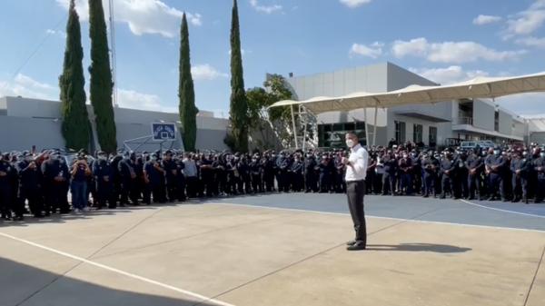Murat acude a cuartel de policía estatal para iniciar diálogo con manifestantes