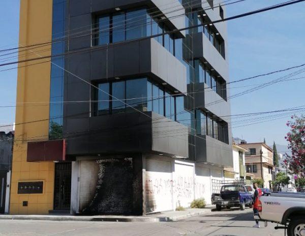 Queman fachada de sede de Morena en Trinidad de las Huertas