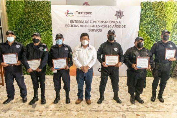 Presidente de Tuxtepec entrega incentivos a Policías Municipales por 20 años de servicio