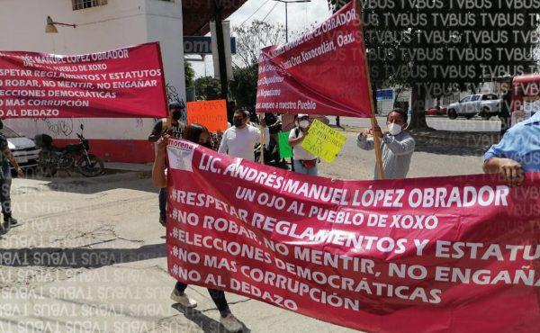 Habitantes de Xoxo se manifiestan en sede estatal de Morena en Oaxaca, piden que no haya imposición