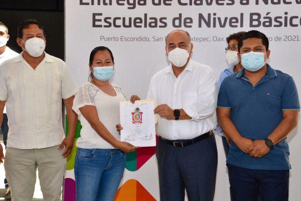 En jornada de tres días equipa IEEPO a 66 planteles de educación básica en la Mixteca y Costa